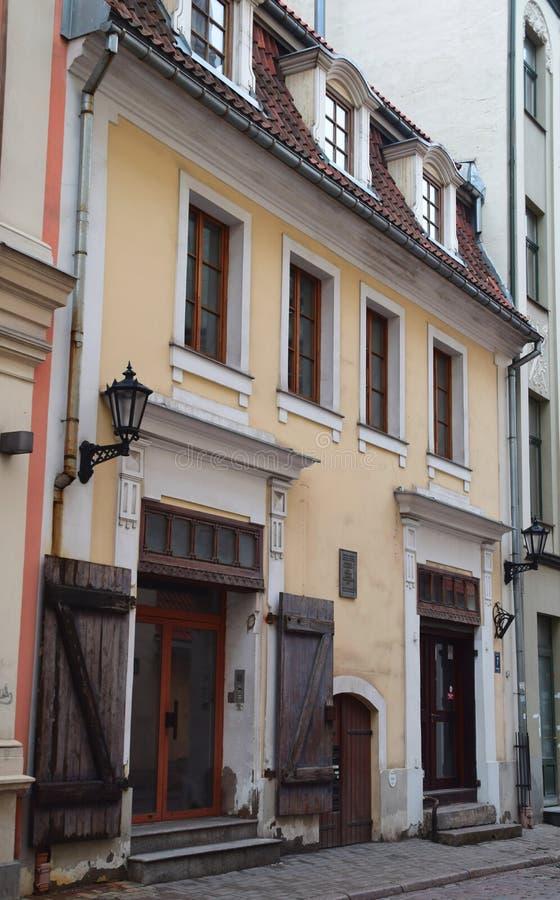 Casas na cidade velha, Riga foto de stock