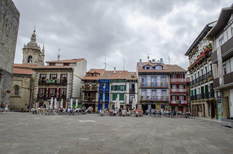 Casas na plaza Arma na área de porto em Hondarribia, uma cidade imagens de stock royalty free