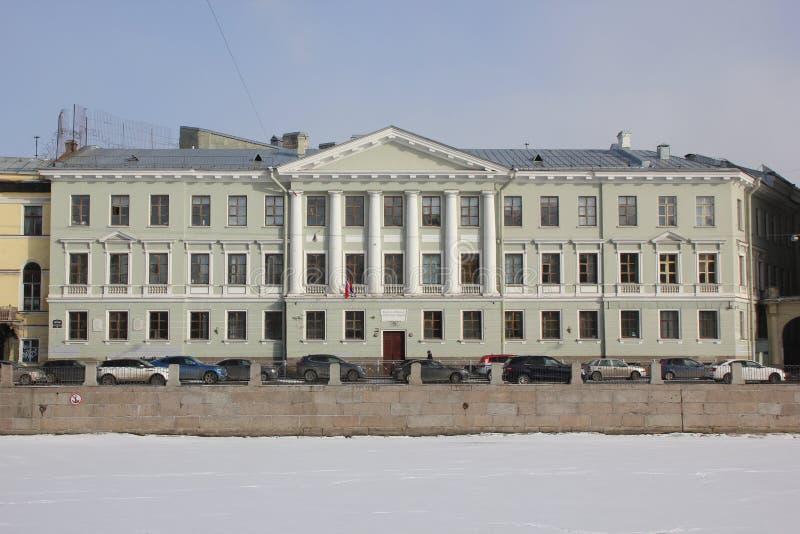 Casas na terraplenagem de Fontanka no inverno em St Petersburg, Rússia foto de stock