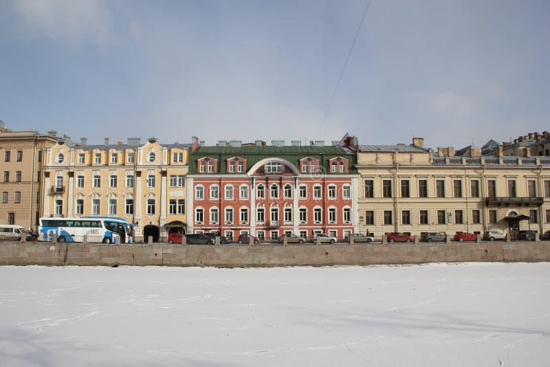 Casas na terraplenagem de Fontanka no inverno em St Petersburg, Rússia fotografia de stock