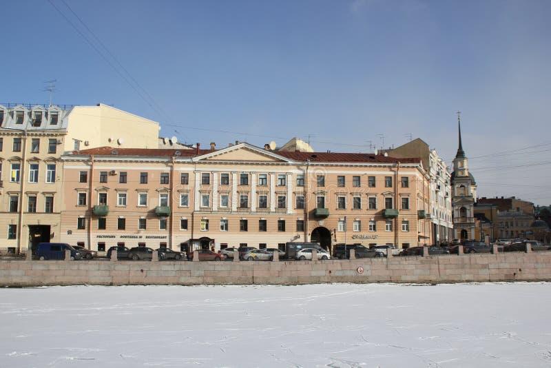 Casas na terraplenagem de Fontanka no inverno em St Petersburg, Rússia fotos de stock royalty free
