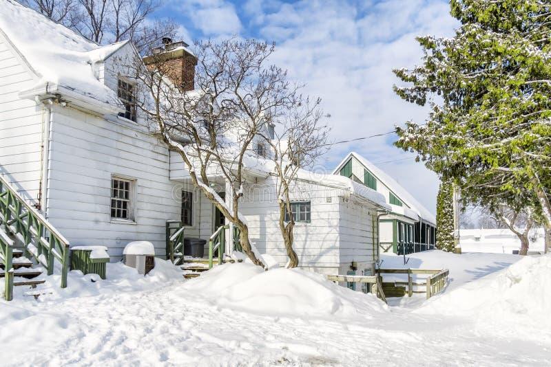 Casas nevado do inverno imagens de stock royalty free