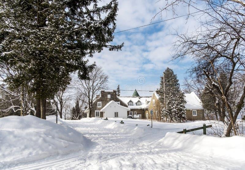 Casas nevado do inverno imagens de stock