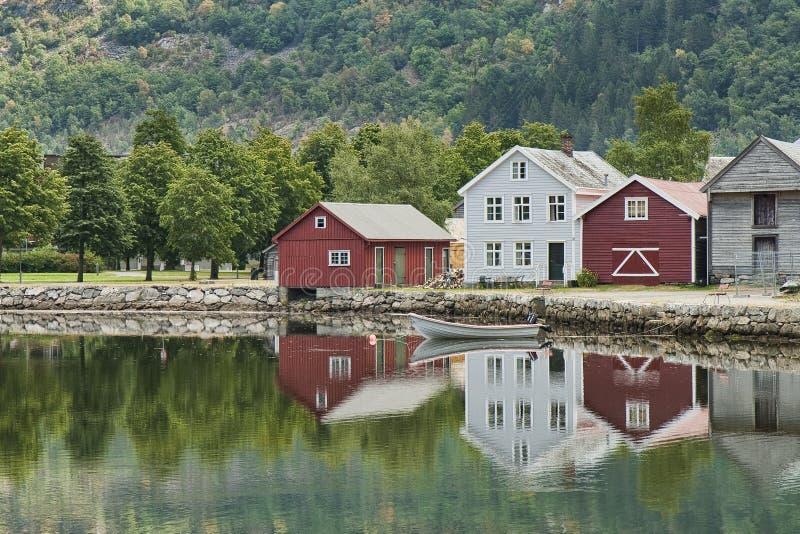 Casas no lago imagens de stock