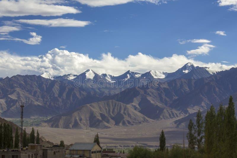 Casas no vale Himalaia da montanha com montanhas da neve imagens de stock royalty free