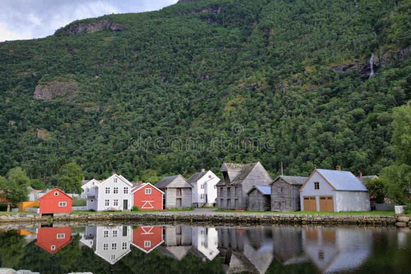 Casas norueguesas que refletem na água em Laerdal, Noruega. imagens de stock