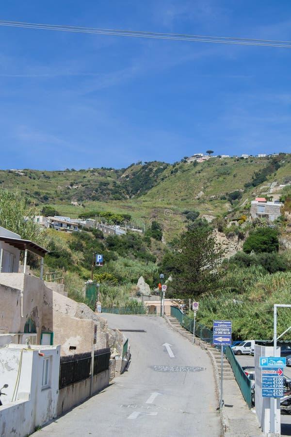 Casas nos montes nos ísquios Itália no dia imagem de stock royalty free
