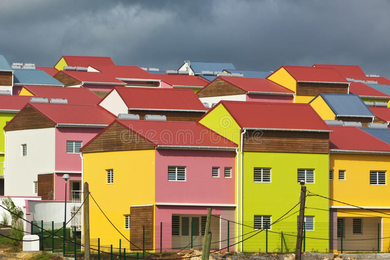 Casas novas coloridas em Guadalupe foto de stock