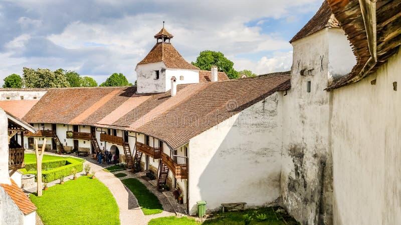 Casas para o abrigo dentro das paredes de Harman Fortified Church, a Transilvânia, Romênia fotografia de stock royalty free