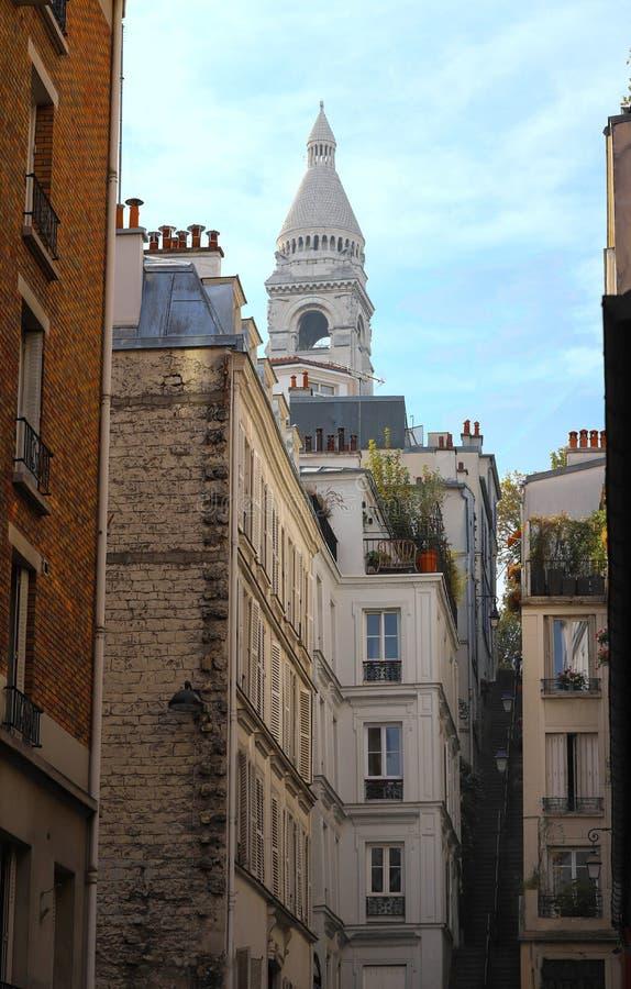 Casas parisienses típicas de Montmartre y basílica de Sacre Coeur en el fondo, París, Francia imágenes de archivo libres de regalías
