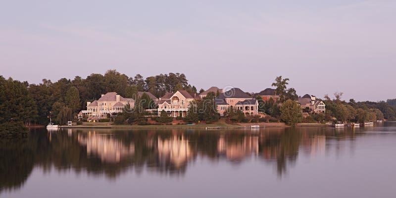 Download Casas pelo lago foto de stock. Imagem de verão, campo - 29838996