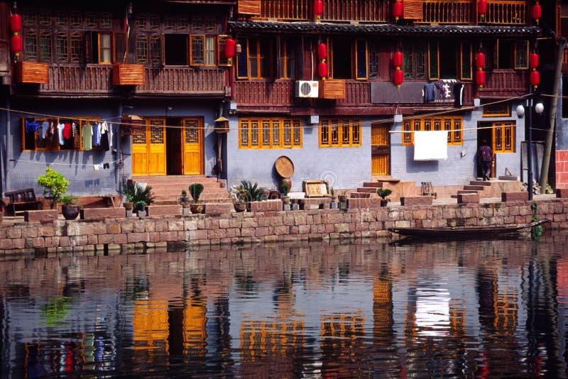 Casas pelo rio imagens de stock