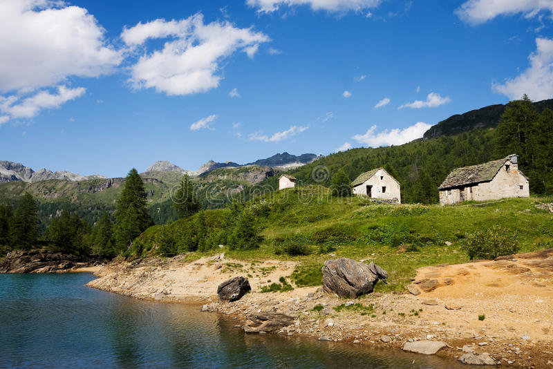 Casas pequenas no lago Devero foto de stock