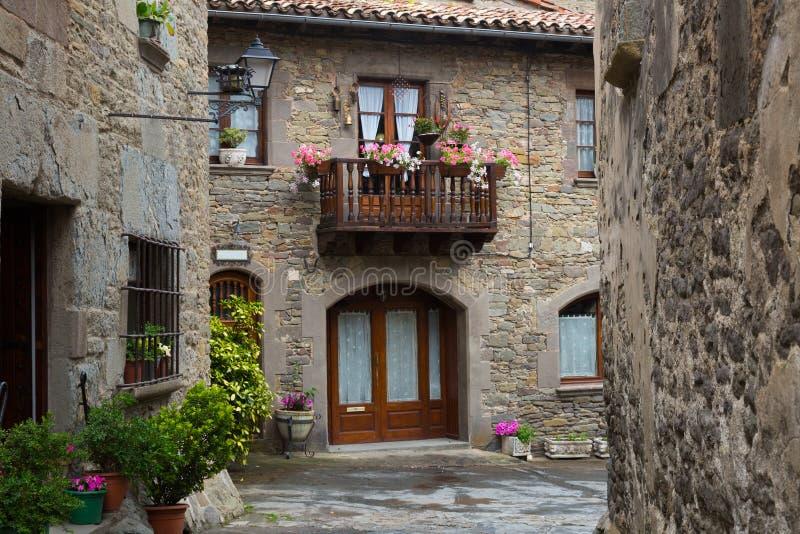 Casas pintorescas en pueblo catalan viejo imagen de archivo imagen de piedra esc nico 55553691 - Casa en catalan ...