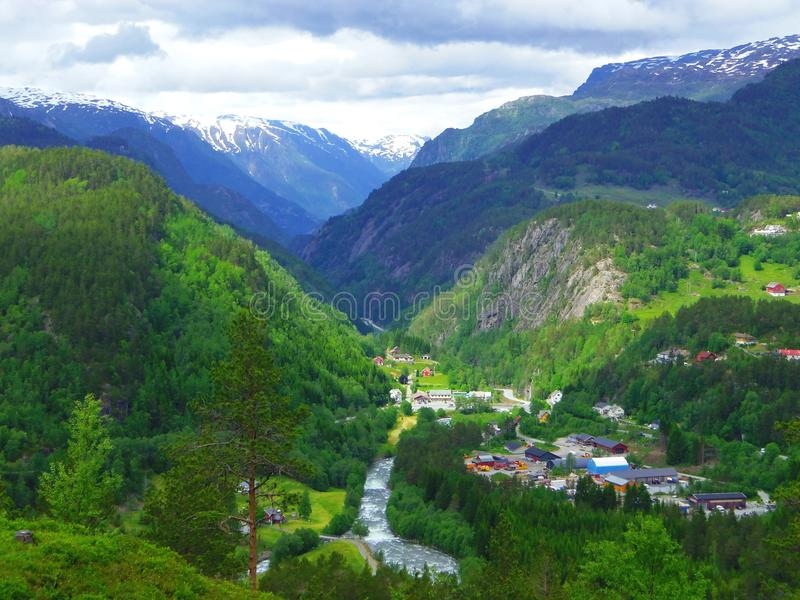 Casas, plantas e montanhas bonitas, Noruega foto de stock royalty free