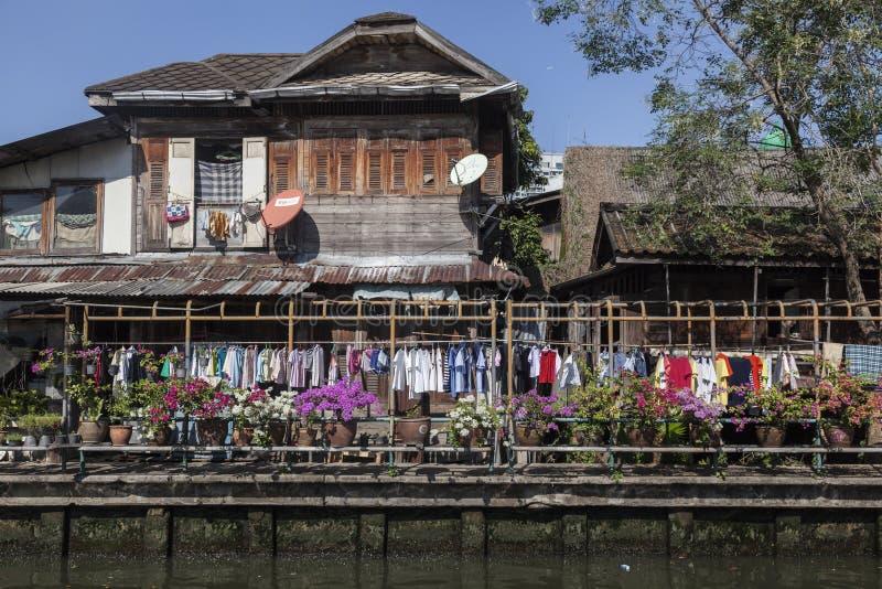 Casas pobres dos povos em Banguecoque imagens de stock