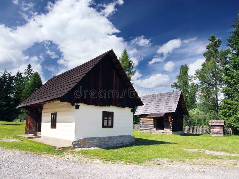 Casas populares de madera raras en Pribylina fotografía de archivo libre de regalías