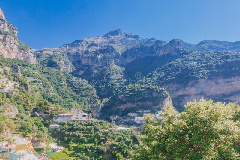 Casas por montanhas na cidade de Positano, ao longo da costa de Amalfi, Itália imagem de stock royalty free