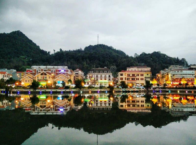 Casas que refletem na água foto de stock royalty free