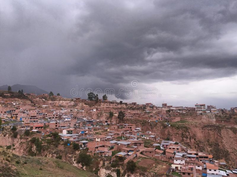 Casas que se inclinan con el fondo del cielo nublado foto de archivo