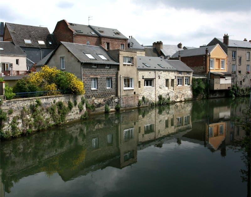 Casas reflejadas en el agua, imagen de archivo libre de regalías