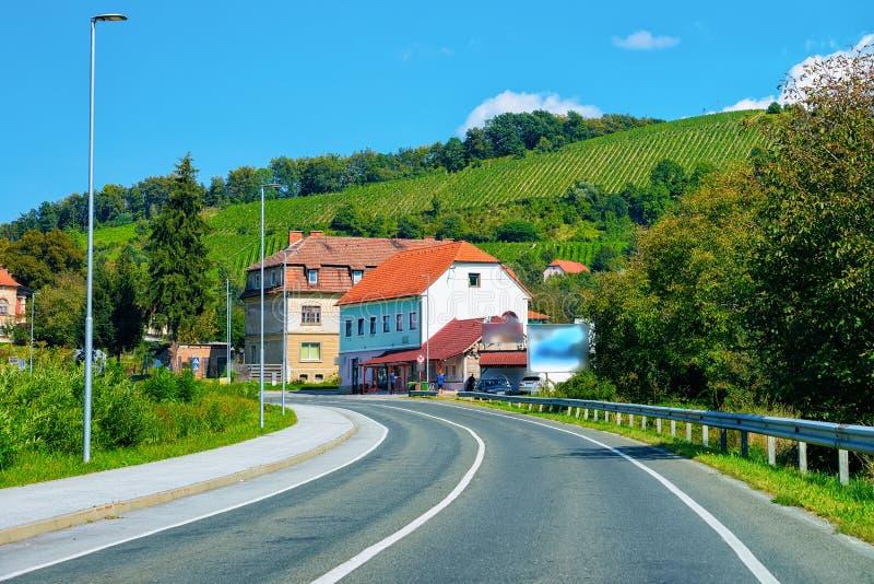 Casas residenciais ao longo da estrada na rua de Maribor no Eslovênia foto de stock