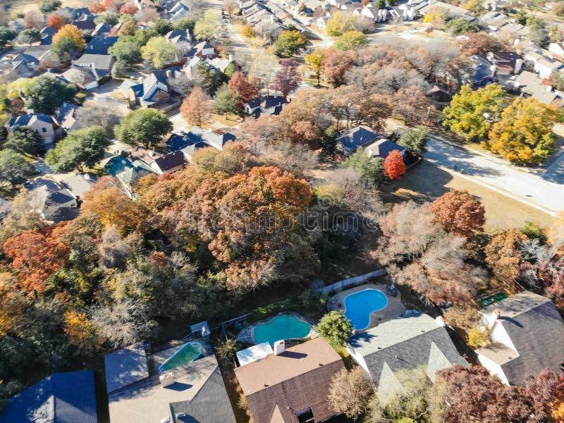 Casas residenciais da opinião obscura do zangão com jardim, garagem e as folhas coloridas perto de Dallas imagens de stock