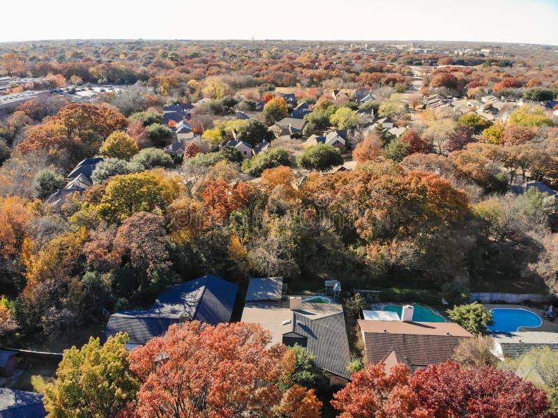 Casas residenciais da vista superior com jardim, garagem e as folhas de outono coloridas perto de Dallas fotos de stock royalty free