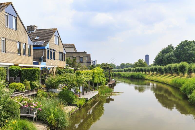 Casas residenciais na margem com uma torre de água nos vagabundos foto de stock royalty free
