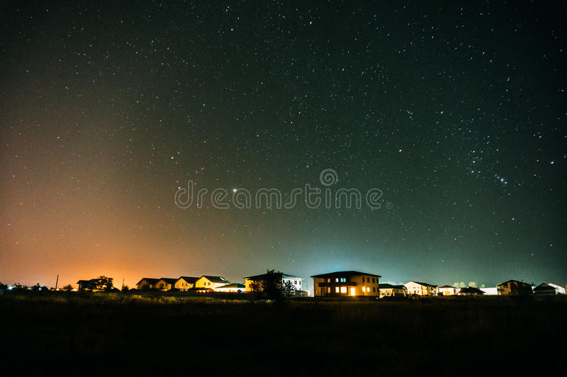 Casas residenciais suburbanas na noite imagens de stock royalty free