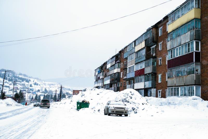 Casas residenciais típicas na vila de Sheregesh na montanha Shoria foto de stock royalty free