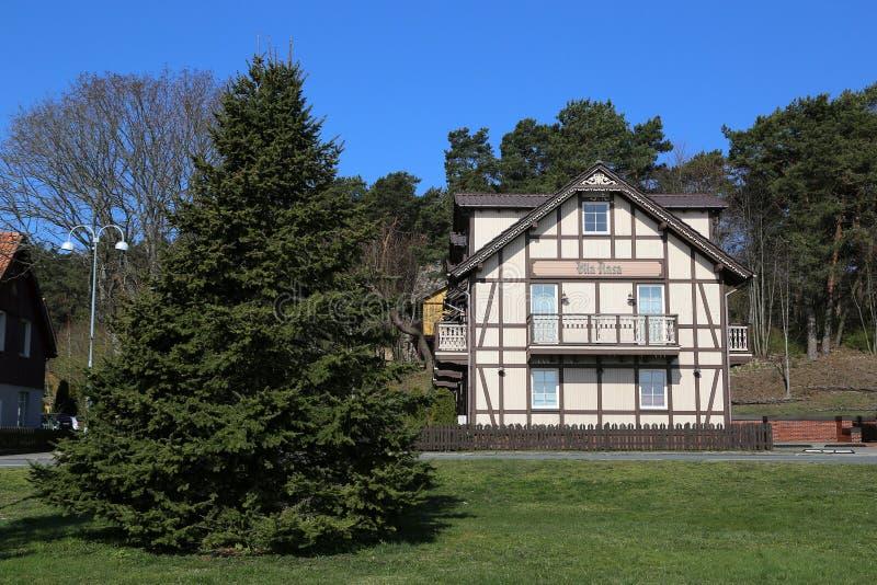 Casas residenciales de madera tradicionales en el estilo pesquero local fotos de archivo