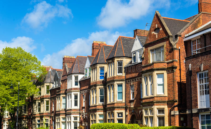 Casas residenciales típicas del ladrillo en Cardiff foto de archivo