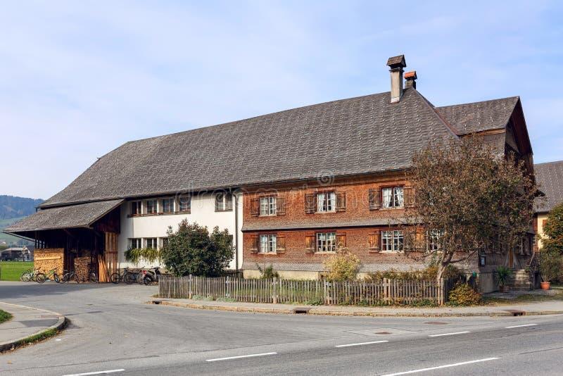 Casas residenciales viejas con las tablas de madera Pueblo de Alberschwende, estado de Vorarlberg, Austria imagen de archivo