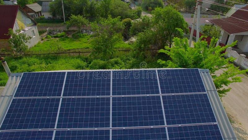 Casas rurais aéreas com painéis solares em um telhado filme