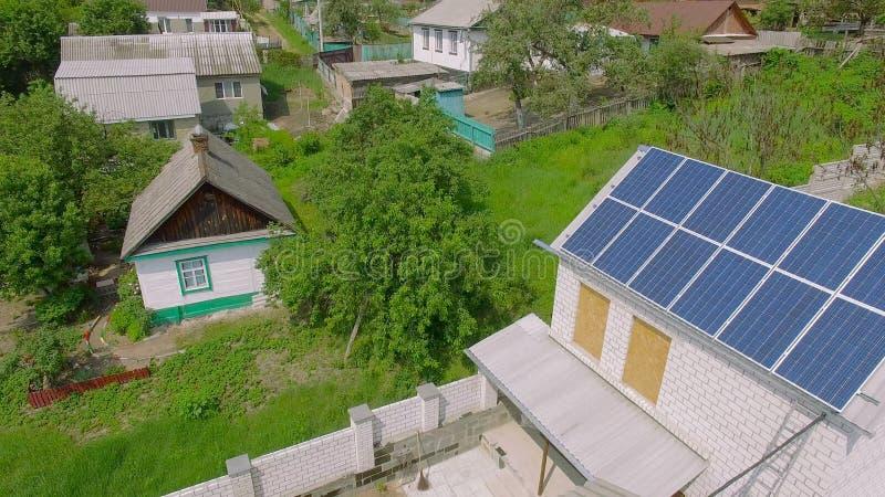 Casas rurais aéreas com painéis solares em um telhado video estoque