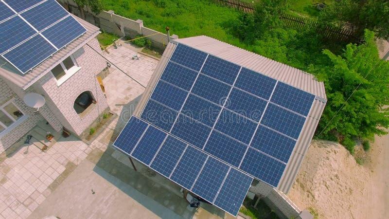 Casas rurais com painéis solares em um telhado video estoque