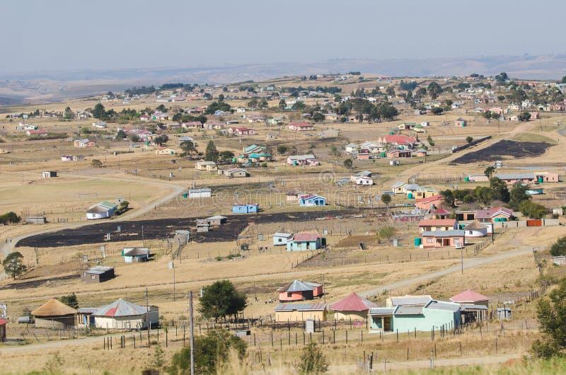 Casas rurales típicas del africano Viñedo famoso de Kanonkop cerca de las montañas pintorescas en el resorte foto de archivo libre de regalías