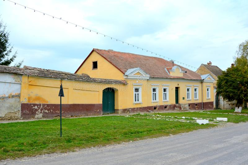 Casas rurales típicas del paisaje y del campesino en Barcut, Bekokten, Brekolten, Transilvania, Rumania fotografía de archivo