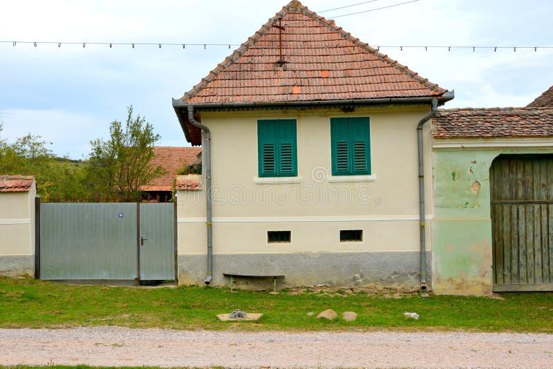 Casas rurales típicas del paisaje y del campesino en Barcut, Bekokten, Brekolten, Transilvania, Rumania foto de archivo libre de regalías