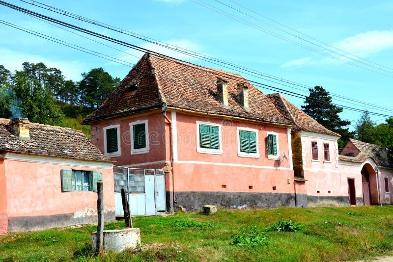Casas rurales típicas del paisaje y del campesino en Bradeni, Henndorf, Hegendorf, Transilvania, Rumania fotografía de archivo