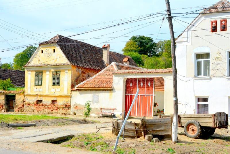 Casas rurales típicas del paisaje y del campesino en Bradeni, Henndorf, Hegendorf, Transilvania, Rumania foto de archivo