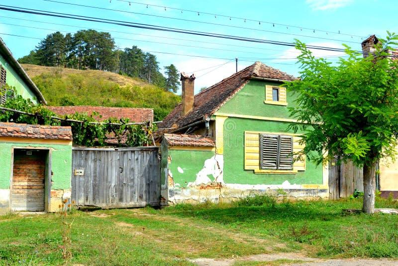 Casas rurales típicas del paisaje y del campesino en Bradeni, Henndorf, Hegendorf, Transilvania, Rumania fotografía de archivo libre de regalías