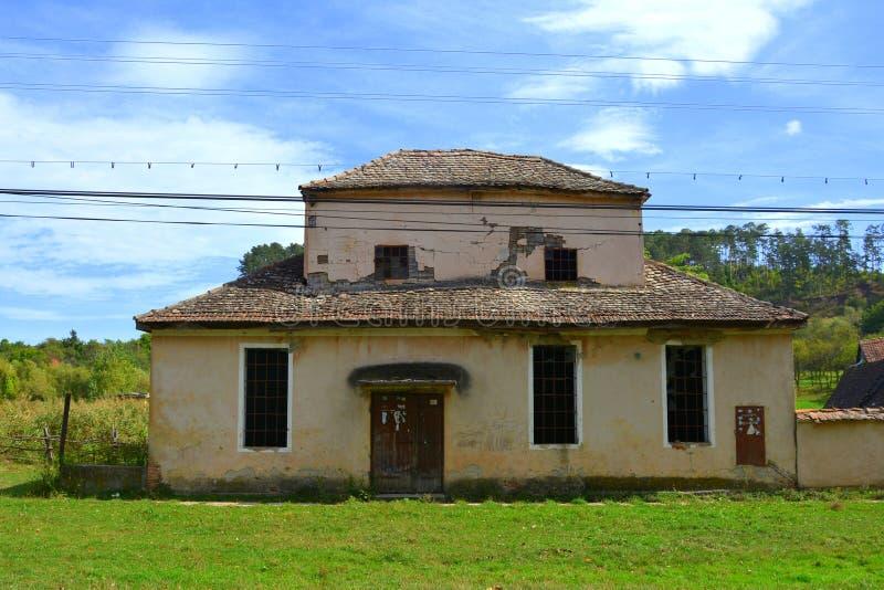 Casas rurales típicas del paisaje y del campesino en Bradeni, Henndorf, Hegendorf, Transilvania, Rumania imagen de archivo libre de regalías