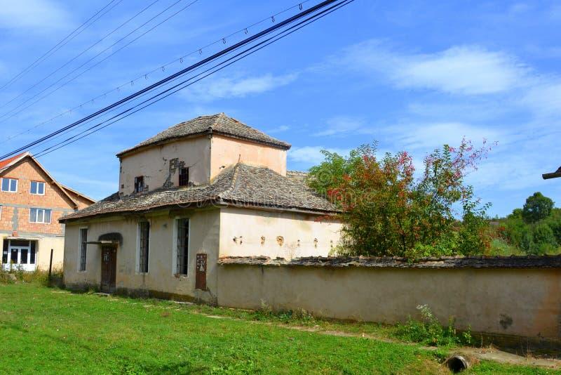 Casas rurales típicas del paisaje y del campesino en Bradeni, Henndorf, Hegendorf, Transilvania, Rumania fotos de archivo