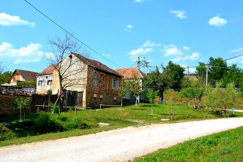 Casas rurales típicas del paisaje y del campesino en el pueblo Felmer, Felmern, Transilvania, Rumania foto de archivo