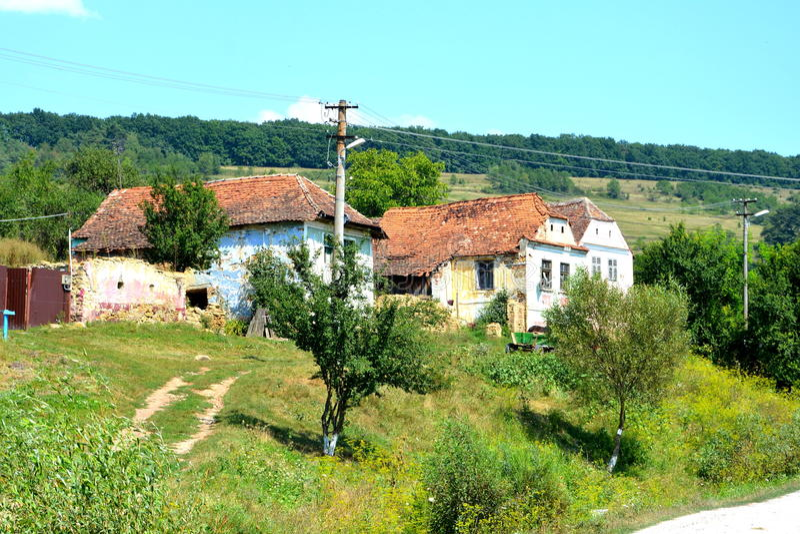 Casas rurales típicas del paisaje y del campesino en el pueblo Felmer, Felmern, Transilvania, Rumania fotos de archivo