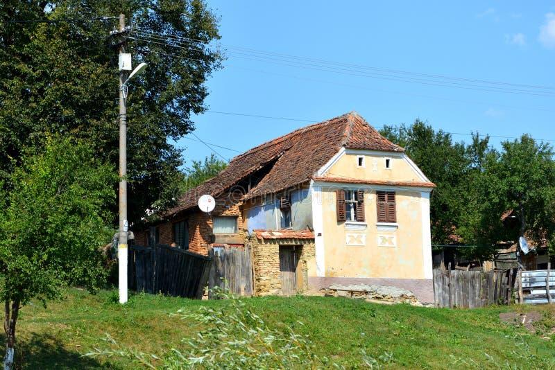Casas rurales típicas del paisaje y del campesino en el pueblo Felmer, Felmern, Transilvania, Rumania imagen de archivo libre de regalías