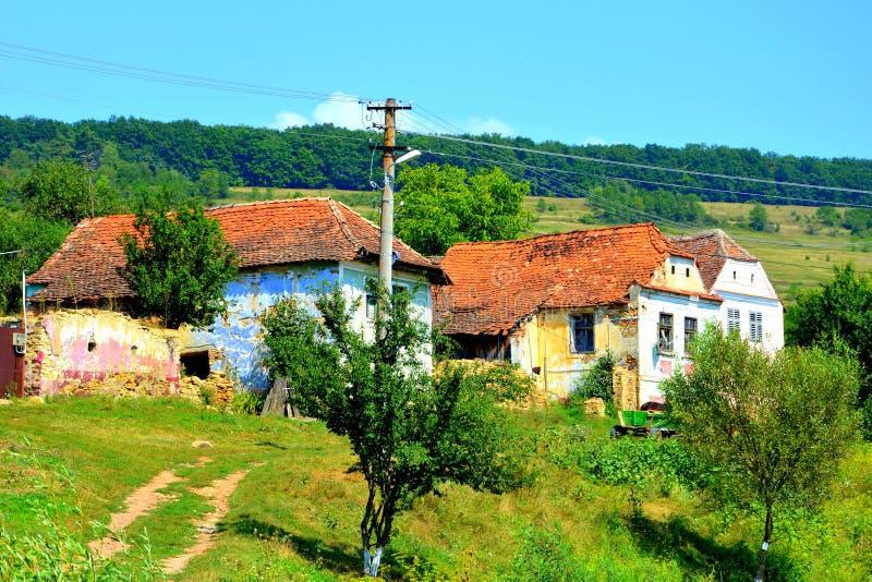 Casas rurales típicas del paisaje y del campesino en el pueblo Felmer, Felmern, Transilvania, Rumania foto de archivo libre de regalías