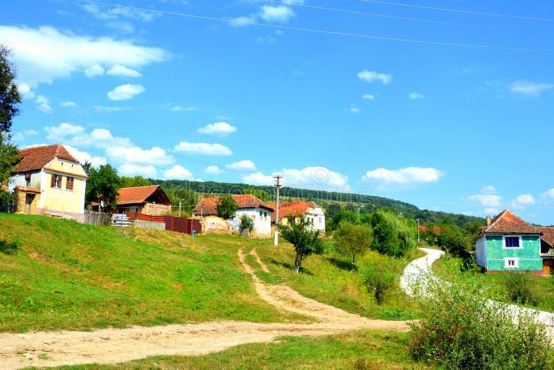Casas rurales típicas del paisaje y del campesino en el pueblo Felmer, Felmern, Transilvania, Rumania fotografía de archivo